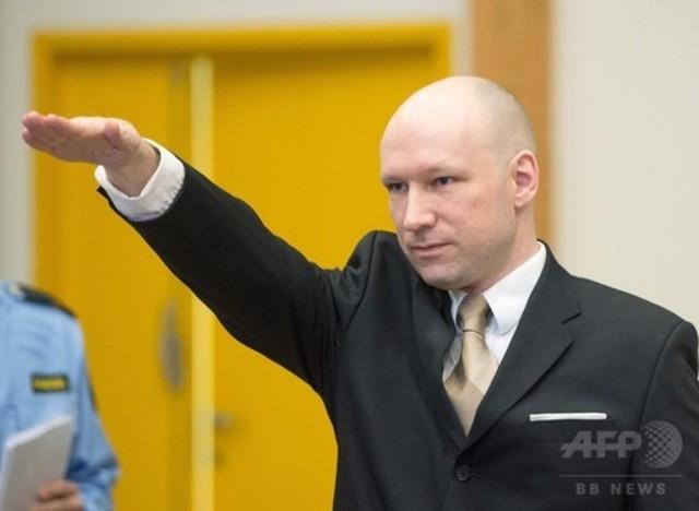 ノルウェー大量殺人犯、法廷でナ...