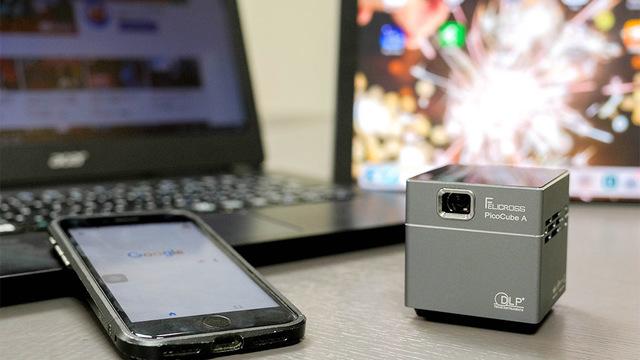 aa930c9251 iPhone XSよりも軽い!5.5cmキューブ型の超小型プロジェクター「Pico Cube A」がキャンペーン開始. ギズモード. 7633484  wide 849ad642 eab3 4737 adfa c470d7047d7f
